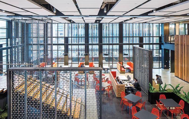 工業風鋼材的冷色調搭上鮮豔的紅、橙色,巧妙平衡了空間氛圍。>>看完整文章
