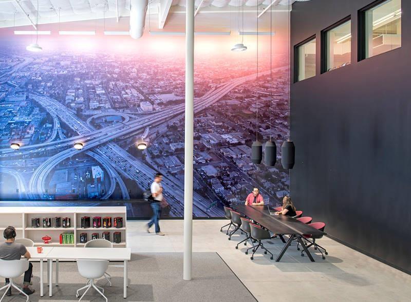 洛杉磯分部的巨型壁畫是主工作區的視覺焦點。>>看完整文章