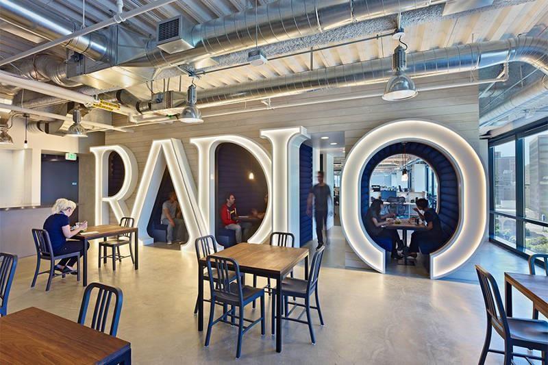 Radio 字樣設計的工作亭在使用時會亮起。>>看完整文章