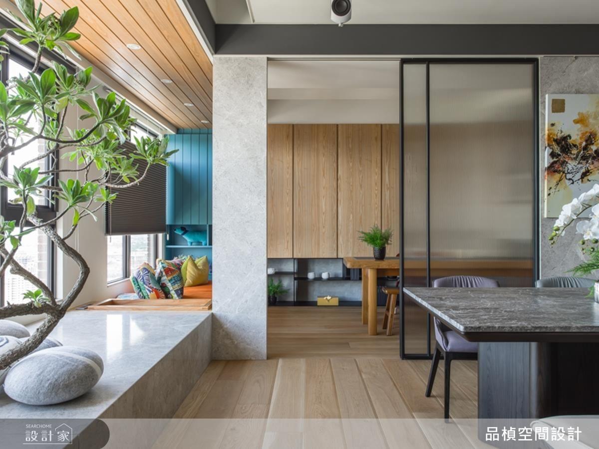 書房以半鏤空設計,為屋主夫妻創造高互動生活。