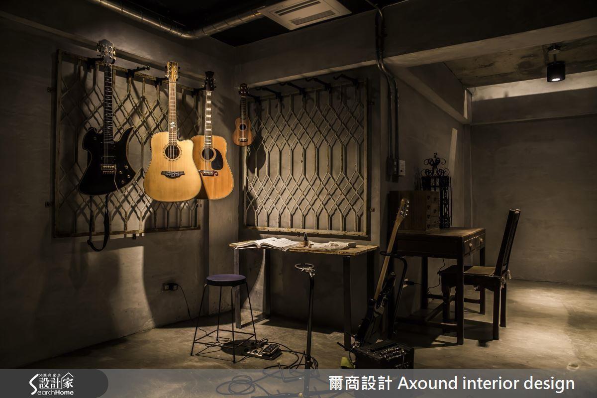 屋齡約 40 年的 25 坪老屋,將陰暗的地下空間改造為吉他練習室,懸掛吉他展示收納層架以懷舊元素「鐵窗花」映襯,在復古工業風格中添上一抹質樸感。>>看完整圖庫