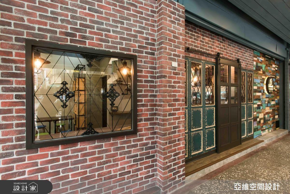 老件窗花、仿舊門片、復古磚牆混搭,多變色彩為空間營造活潑又懷舊的新風格。>>看完整圖庫