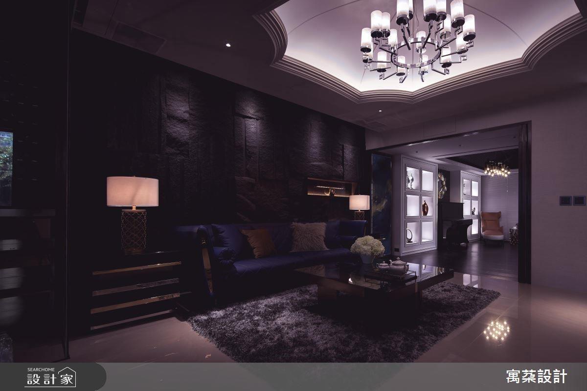 以挑高造型天花、牆面粗獷石材、精緻氣派家飾,為百坪空間演繹令人沉醉居家魅力。