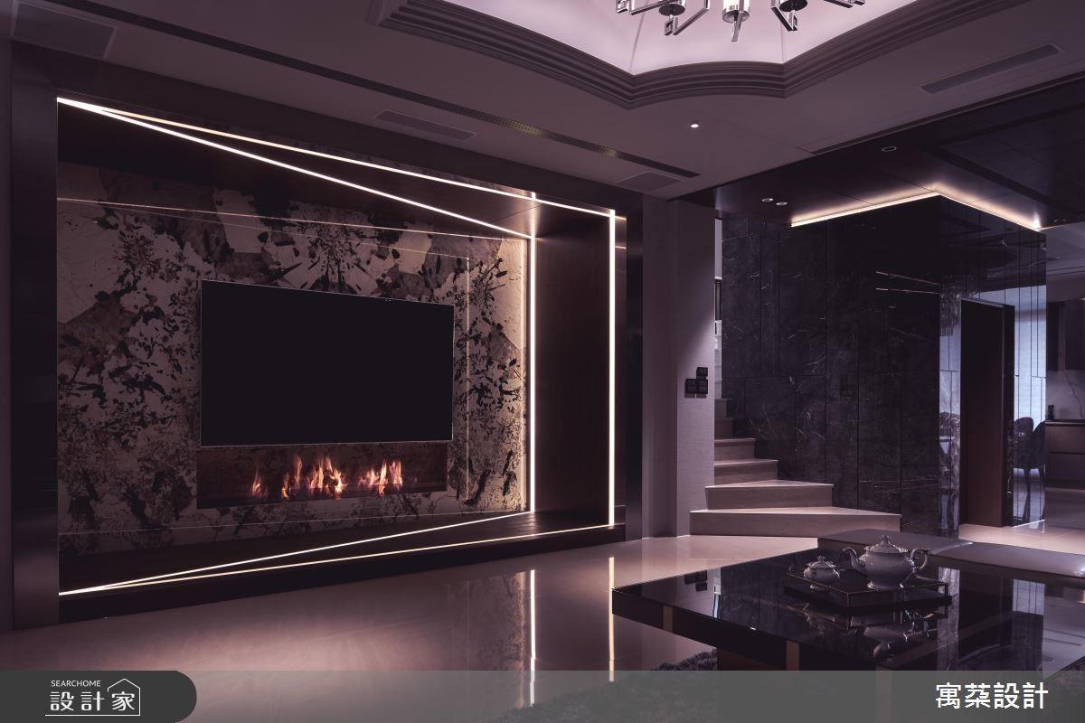 客廳電視牆以大理石、光帶為廳堂構築低奢磅礡氣勢。