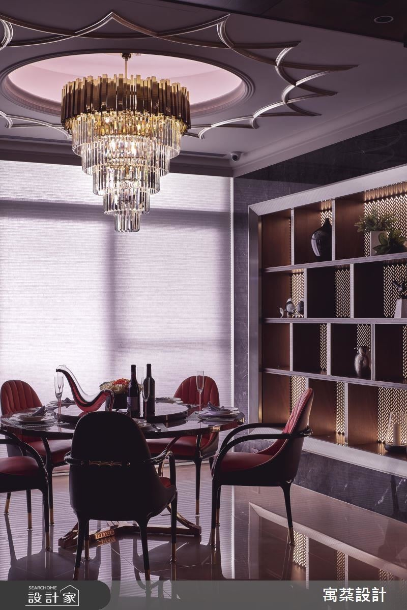 餐廳以太陽光芒意象雕琢天花,象徵凝聚親友的溫暖情誼,更在晶亮吊燈綴飾下,彰顯高貴氣質。