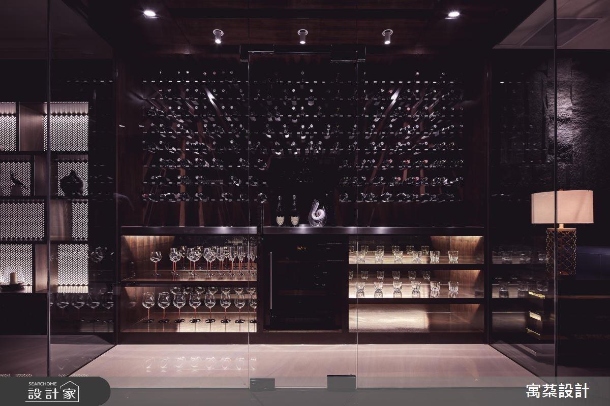體貼屋主品酌嗜好,規劃酒窖空間,並採上下分層設計提升藏酒品質。
