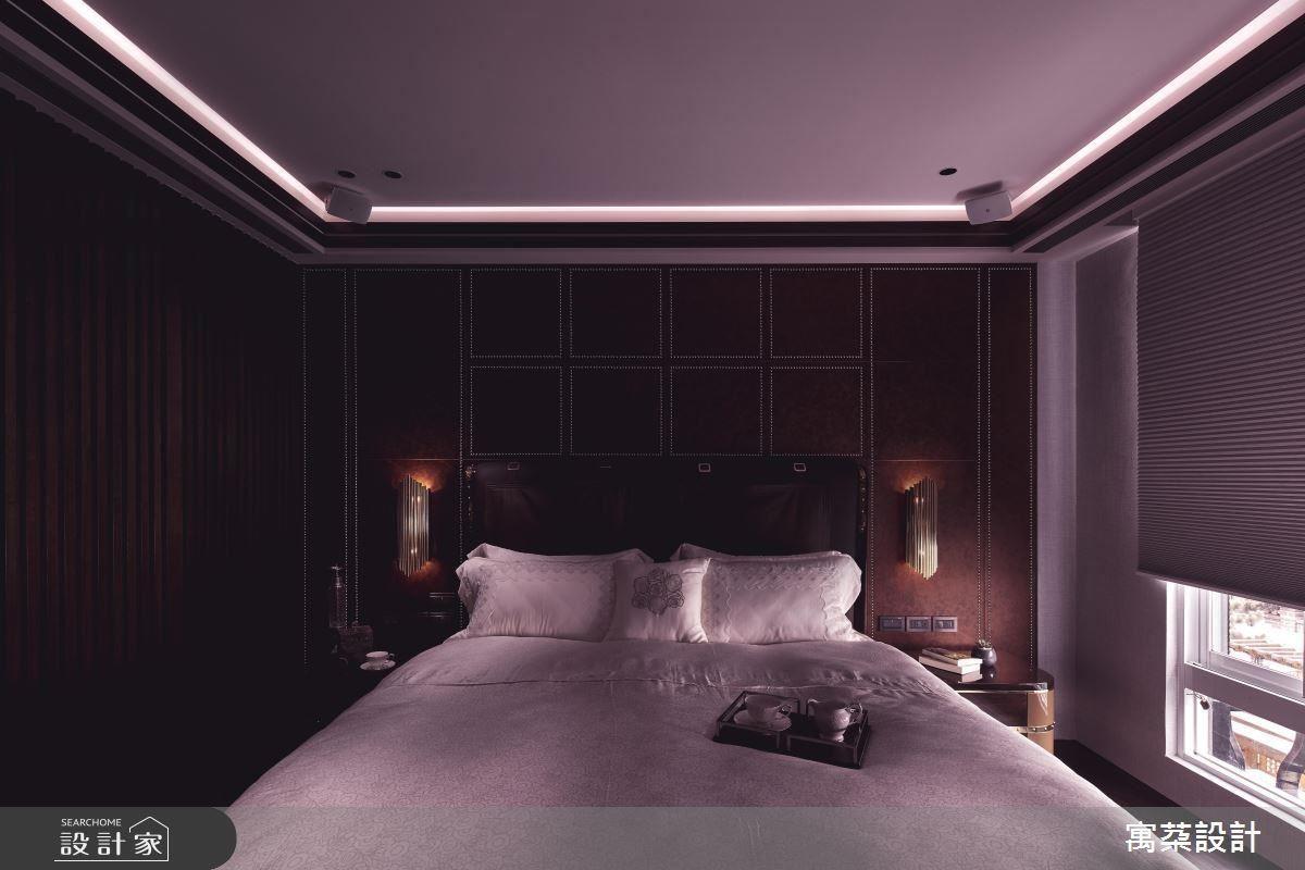主臥床頭牆面以金屬光澤、時尚鉚釘搭建現代年輕面貌。