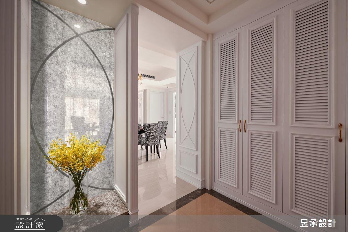 玄關以銀紗玻璃作為屏風設置,創造大器優雅的低奢氣息。