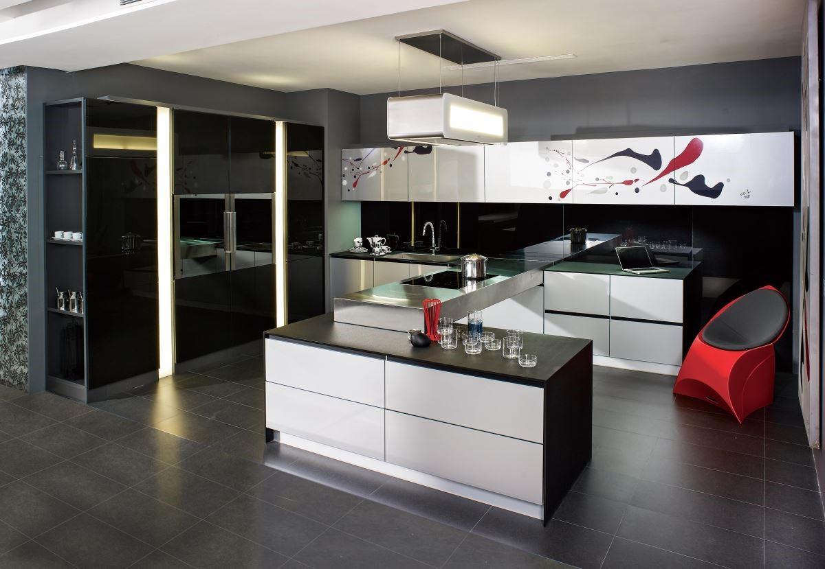 以黑色為基調的「璀璨系列」,結合頂級 Carbon 碳纖維玻璃門板及黑色鋁框兩種可回收環保材質,俐落流暢的線條,讓廚房質感倍增。
