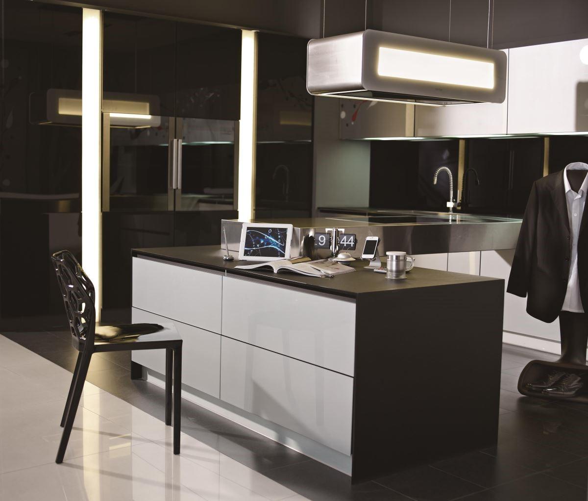 「璀璨系列」具照明功能的電動升降抽油煙機,優美造型,讓廚房中島變身多功能書房兼工作桌。