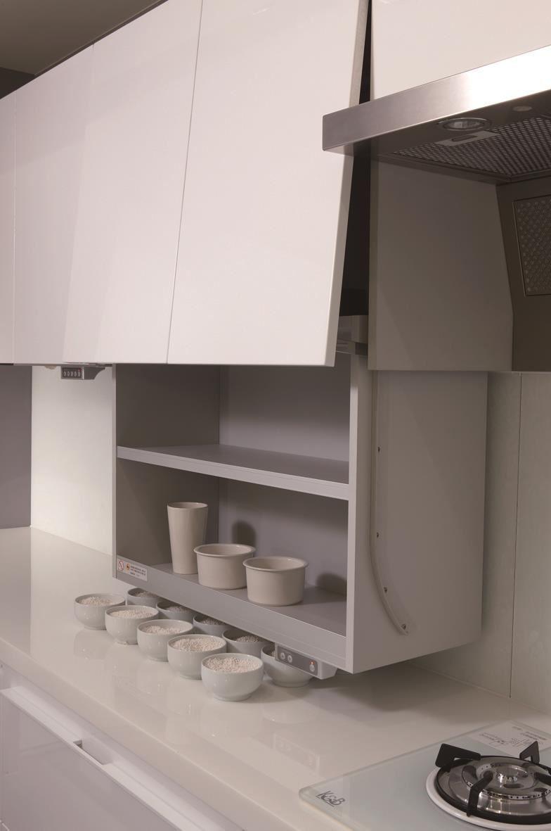 可升降的吊櫃,解決高處物品不易拿取的問題,讓收納容量倍增。