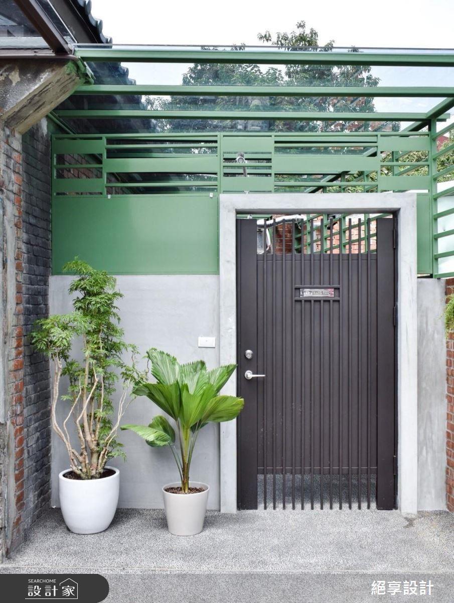 以玻璃採光罩概念重整戶外鐵皮屋,並調整磚牆高度,引入充足光線。