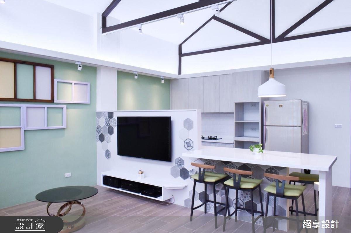 區隔客廳與廚房的長型中島提供家人們溫馨團圓的空間。