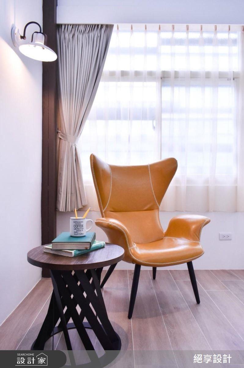 柔和皮製單椅與編織造型小茶几營造溫馨氛圍。