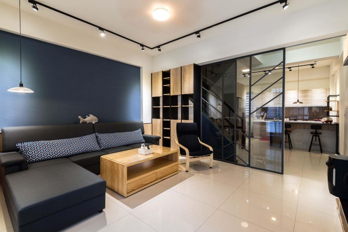 工業風的冷硬鐵件,搭配北歐風極具線條感的家具,混搭出色彩與設計都十分吸睛的居家。