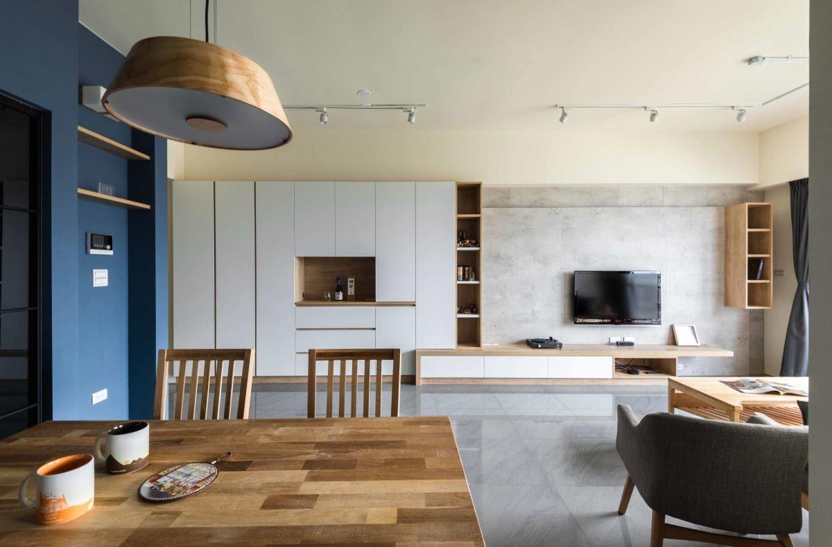 以牆面的普魯士藍與系統櫃的白,為喜愛水族養殖的屋主打造彷彿有著海水浪花的家。