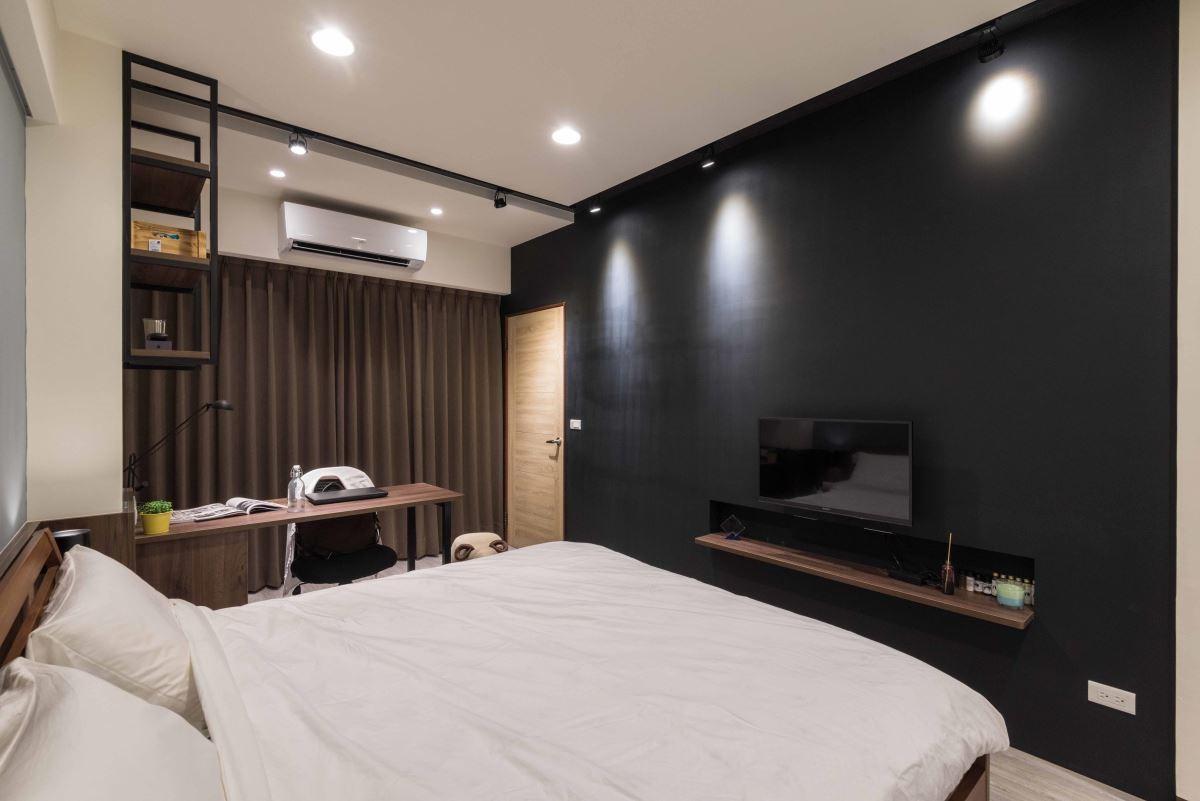 少年郎旳工業風臥室,除了板材、鐵件軌道燈等元素,大膽的黑色牆面充分凸顯個性化。
