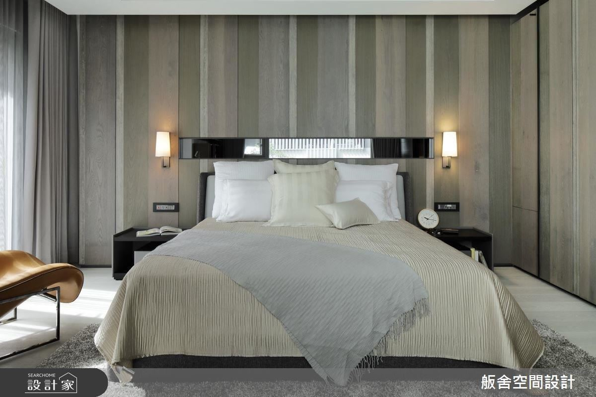 床頭以深淺木紋設計營造律動感。