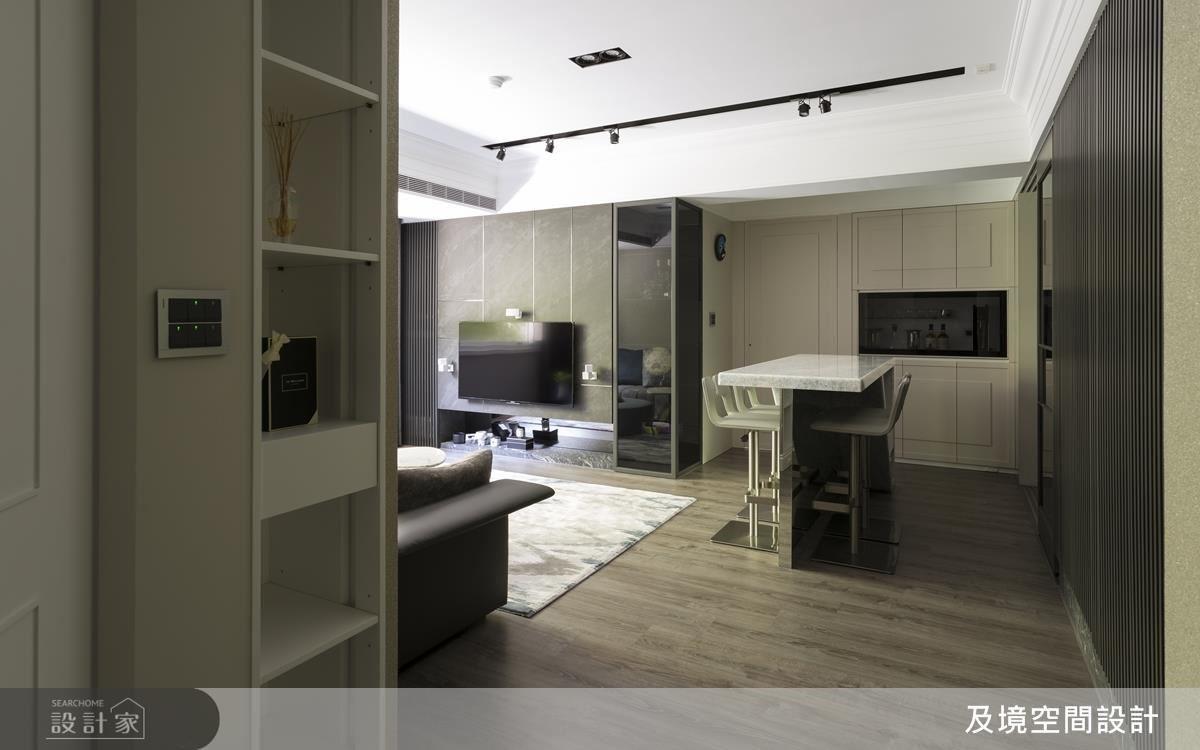 玄關處在多功能室房門改為斜切面規劃後,視覺不僅延伸,空間也顯得更為寬敞。