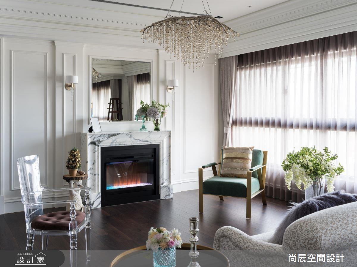 淺色大理石堆砌的壁爐搭配水晶吊燈,呈現法式優雅風情。