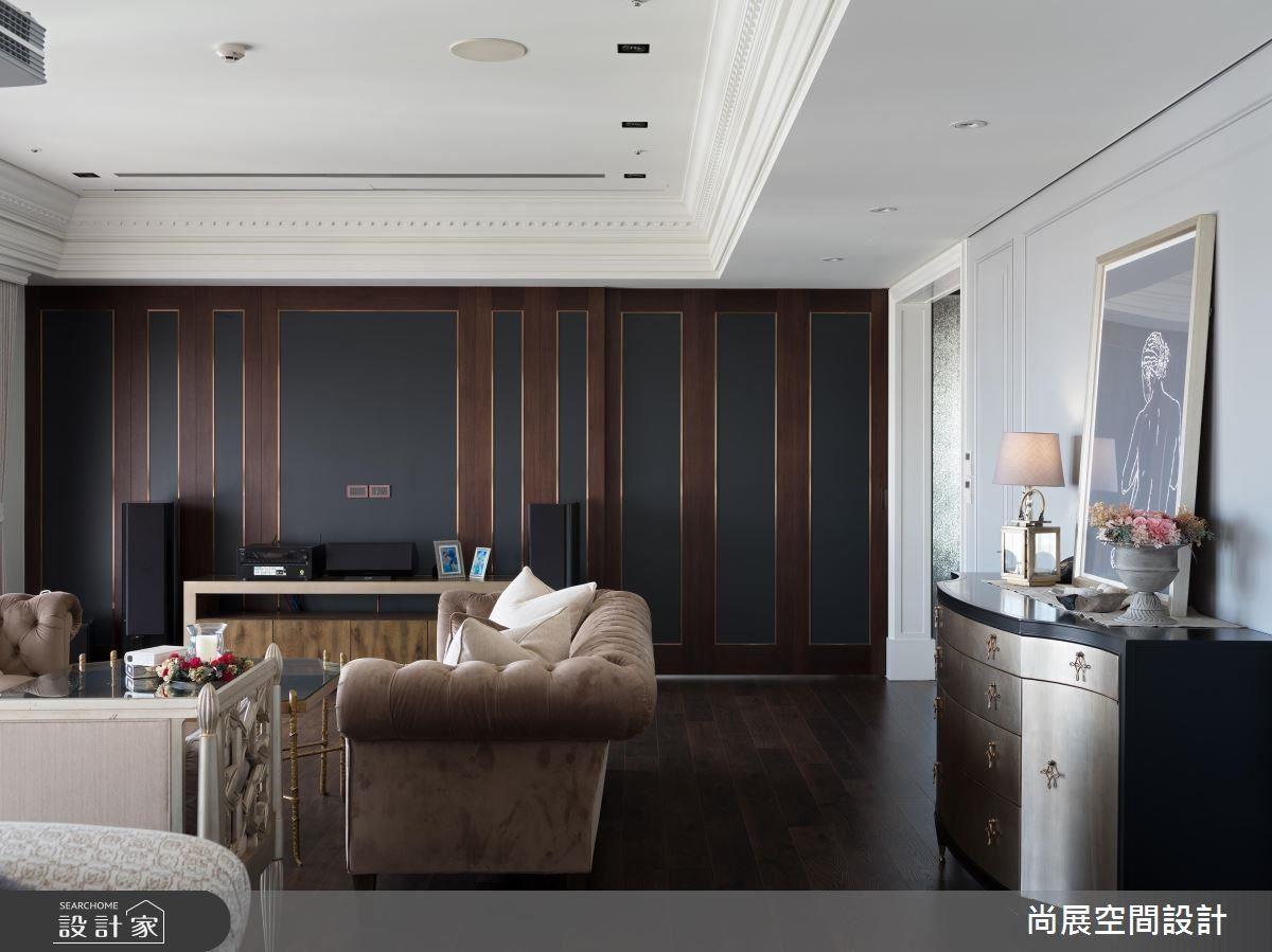 客廳牆面以深咖啡與灰藍色調搭配頂級音響設備,高品味生活瀰漫著英倫紳士的風範。