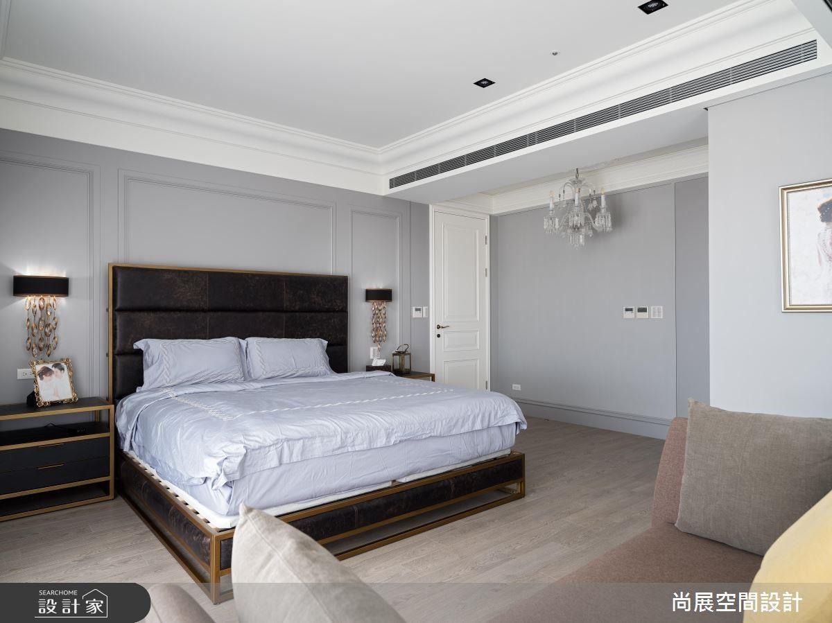 主臥房入口以水晶吊燈點燃一室璀璨,並以低調淺灰色系讓空間回歸簡約舒適,牆面線板設計更精緻視覺感受。