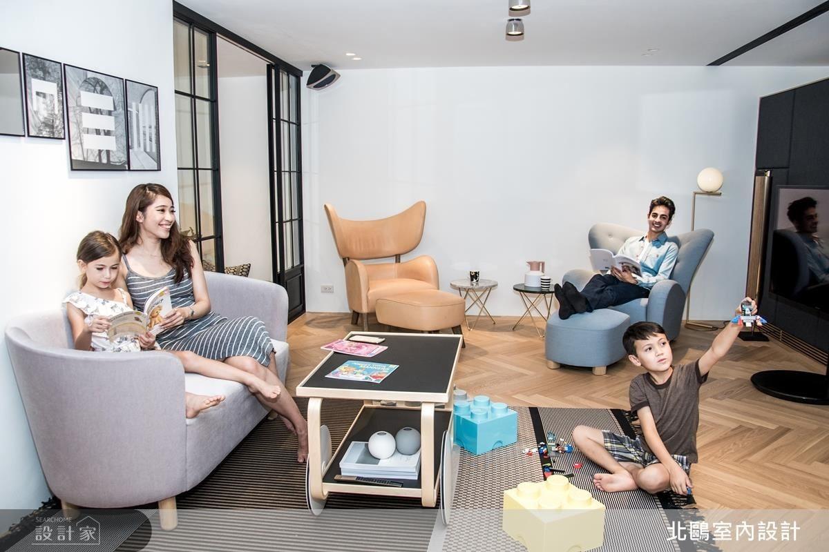 客廳利用簡單質感家飾搭配淺色木地板,一家人緊密的情感成為最有溫度的設計。(人物攝影_Erica Peng)