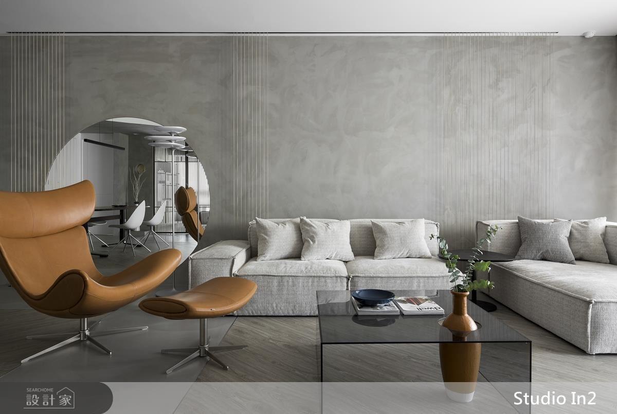 沙發背牆運用大面圓鏡,形成一個彷彿可以走進去的圓拱,達到虛實之間的視覺趣味。