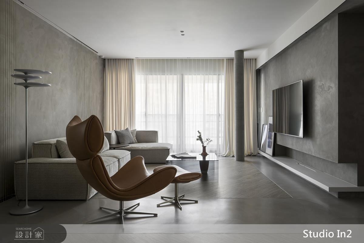 客廳地面以方塊造型鋪設,圍塑地毯般感受,呈現場域專屬溫馨感。