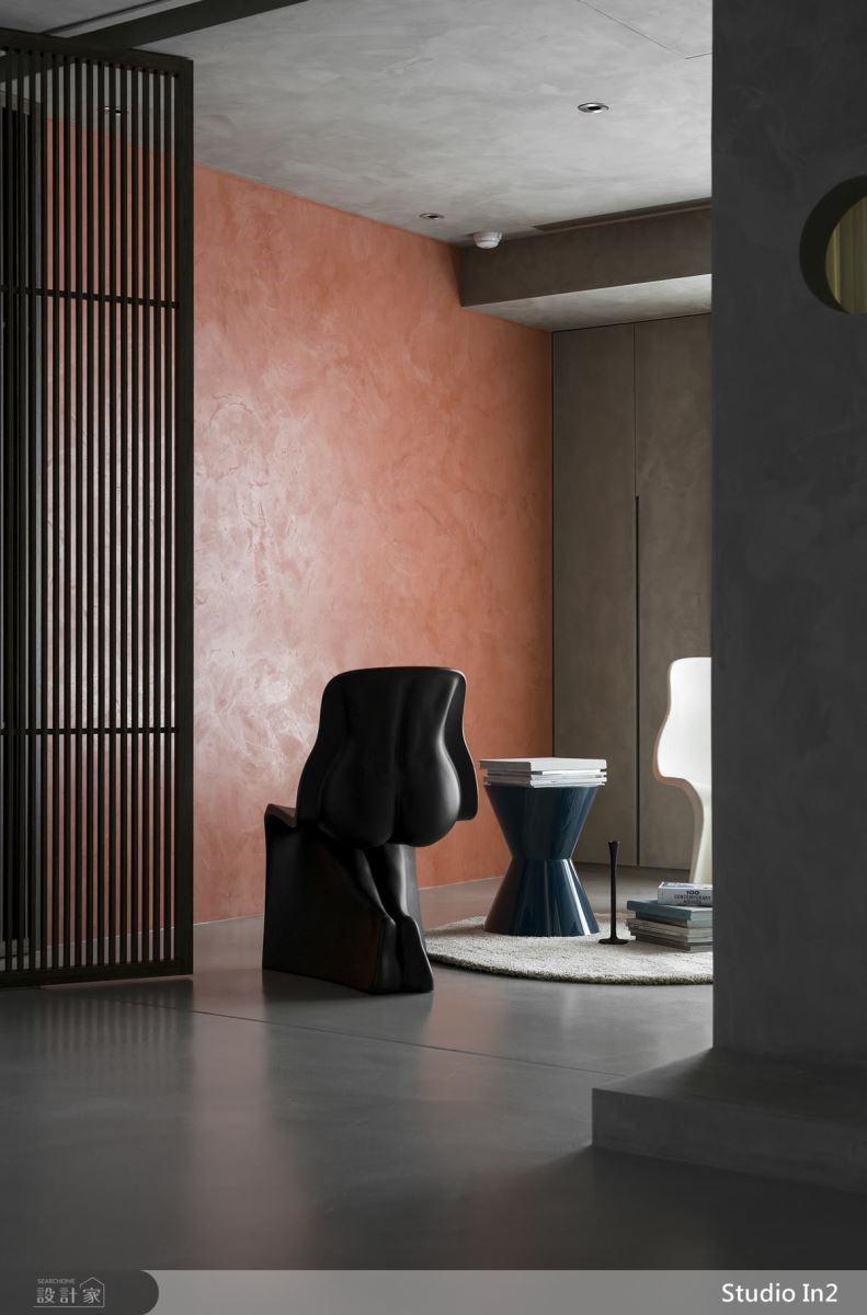 多功能房牆面鋪陳朱紅色馬來漆,構築居家視覺焦點。
