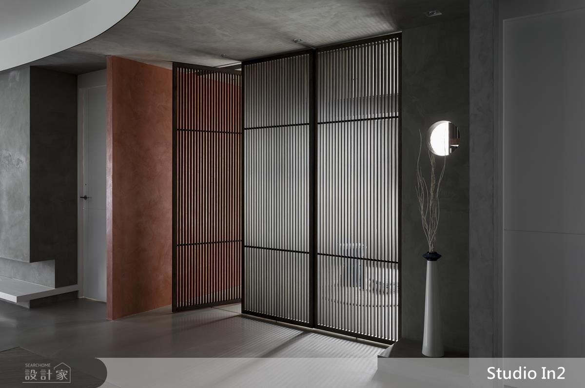 多功能房以門片格柵造型為居家帶入光影線條,豐富空間的視覺層次。
