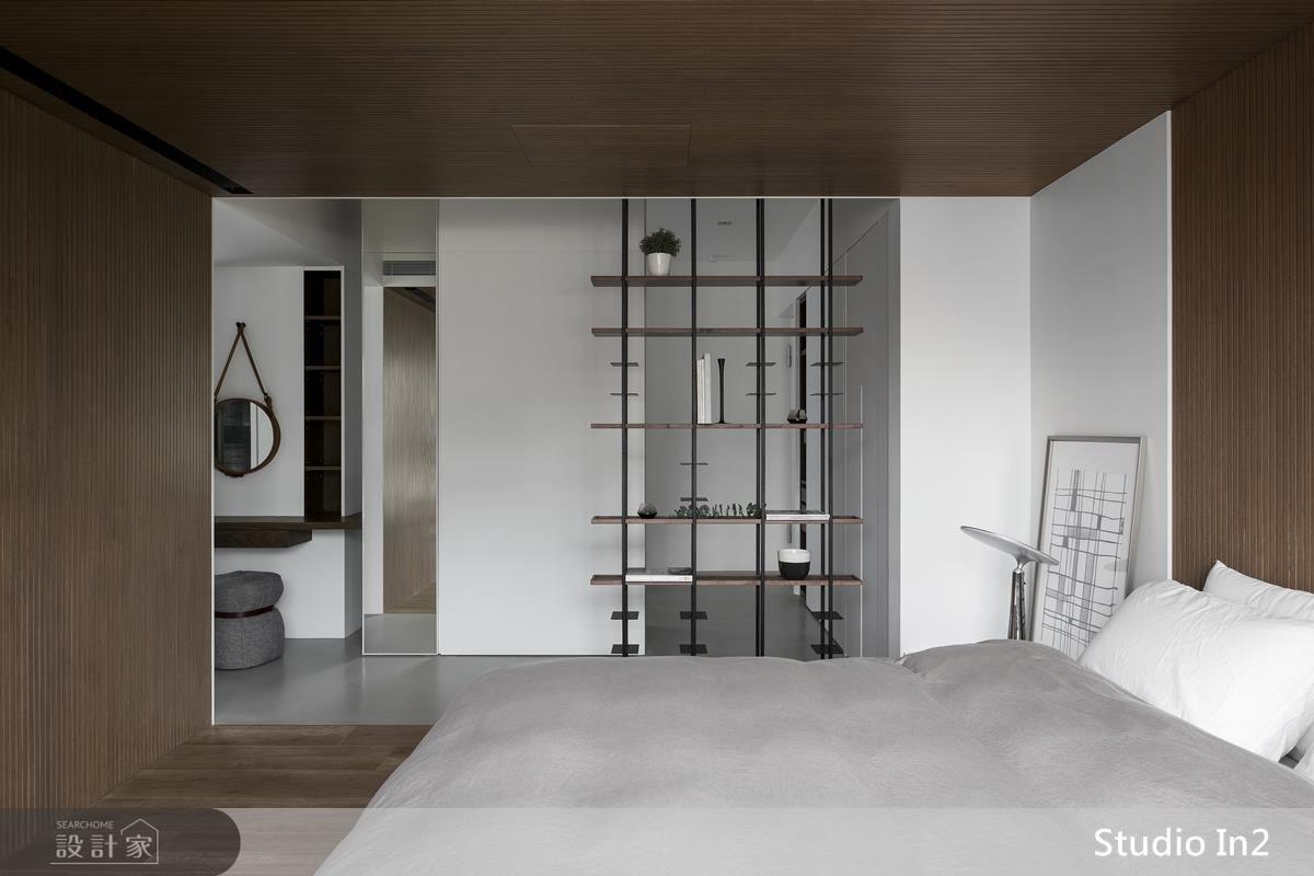 主臥房匯整電視娛樂、書房及梳妝機能於中間牆面,並以木色包覆睡眠區,成就休憩的溫暖舒適感。