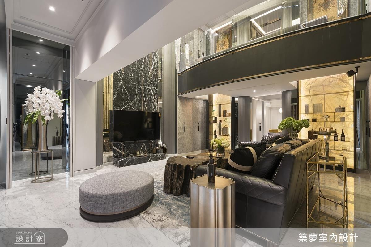 客廳電視牆採大理石及金屬飾條設計,大幅提升廳堂精品質感。內側展示架更以夏木樹石、鐵件搭配居家的人文質感。