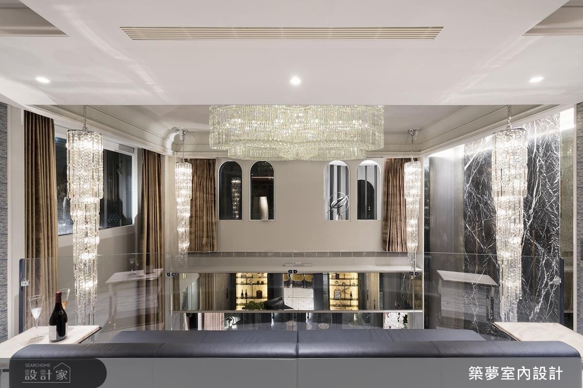 二樓視聽室運用拱型窗面陳設藝術品,使居家宛如歐洲博物館;並於天花中心、四角垂吊水晶燈飾,完美體現空間高度與美感。