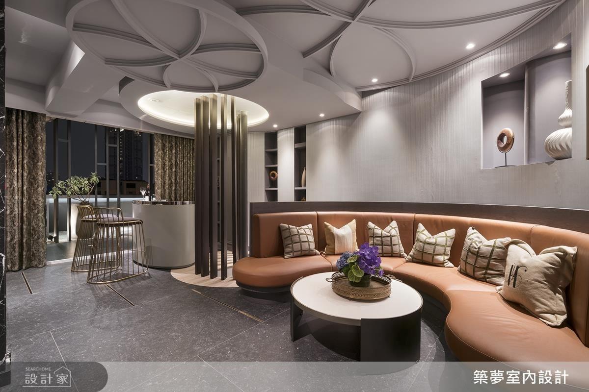 交誼廳以圓弧椅面規劃,凝聚人與人的互動情誼;並貼心設置吧檯區,滿足空間生活機能。