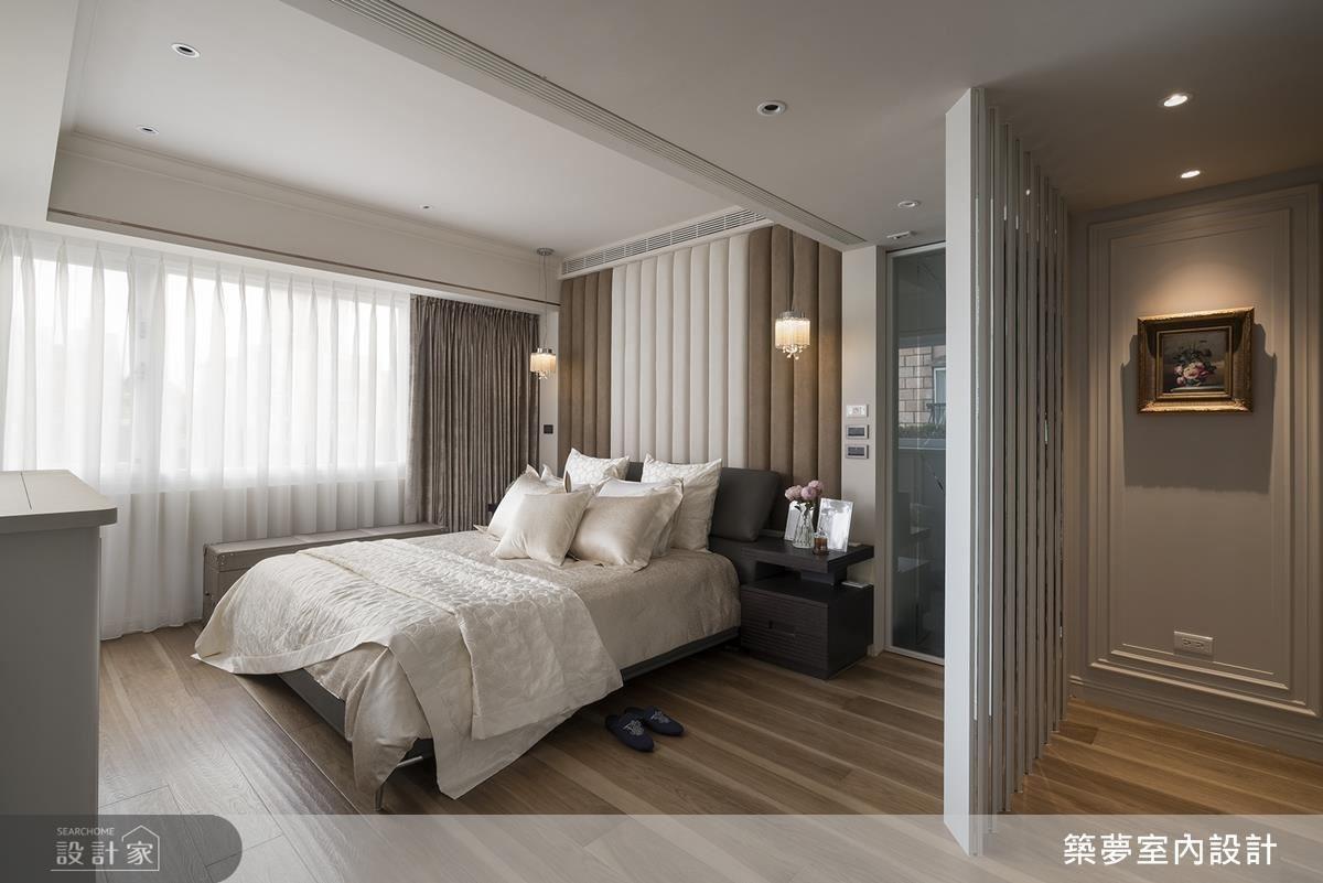 主臥床頭背牆以米色繃布設計,營造溫馨舒適睡眠感。