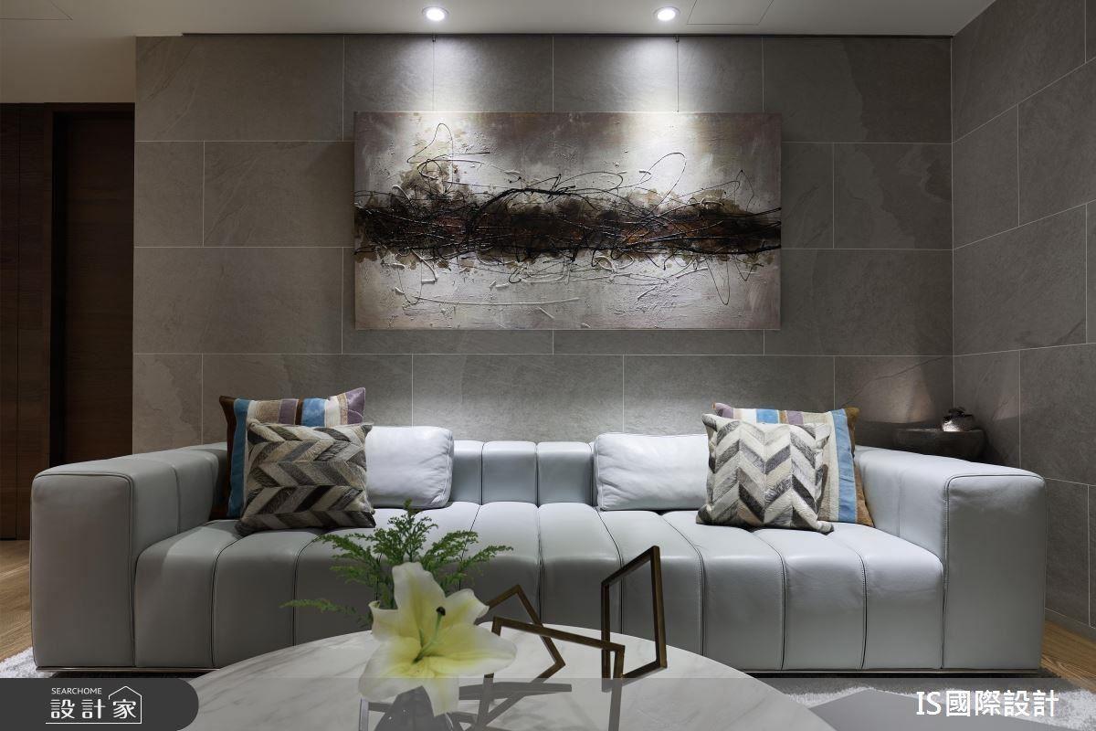 客廳在淺灰色沙發的妝點下,營造空間輕盈感。