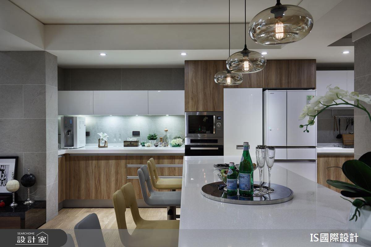 一字型廚具延伸生活動線,同時具有放大空間的效果。