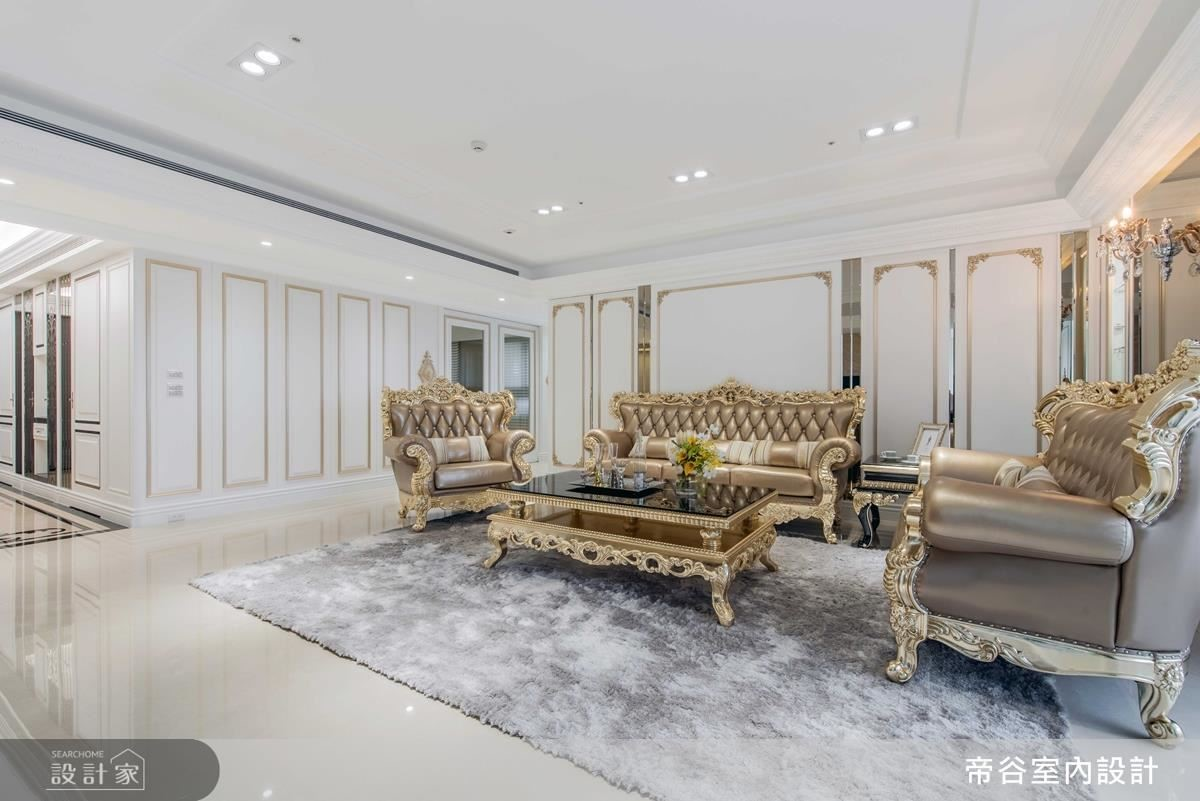 客廳壁面及天花,藉由細膩線板設計,勾勒新古典韻味。