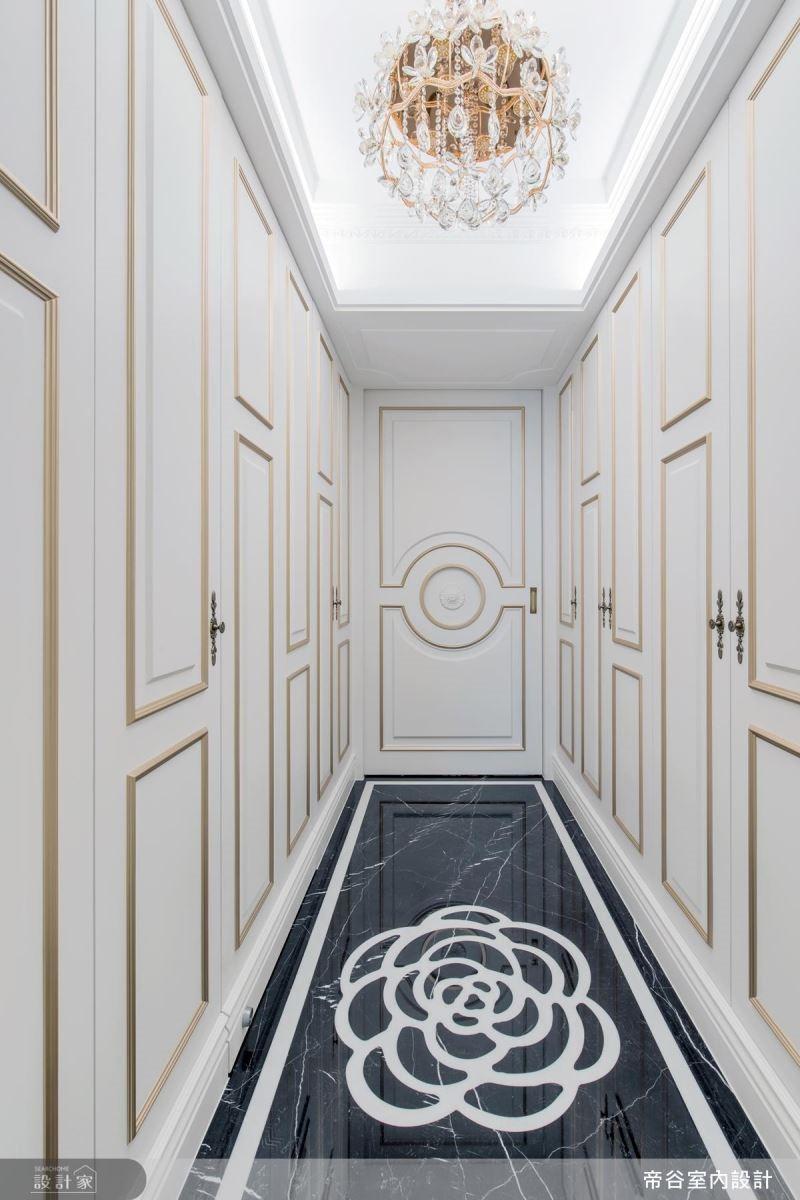 運用山茶花元素,打造主臥室的專屬玄關。