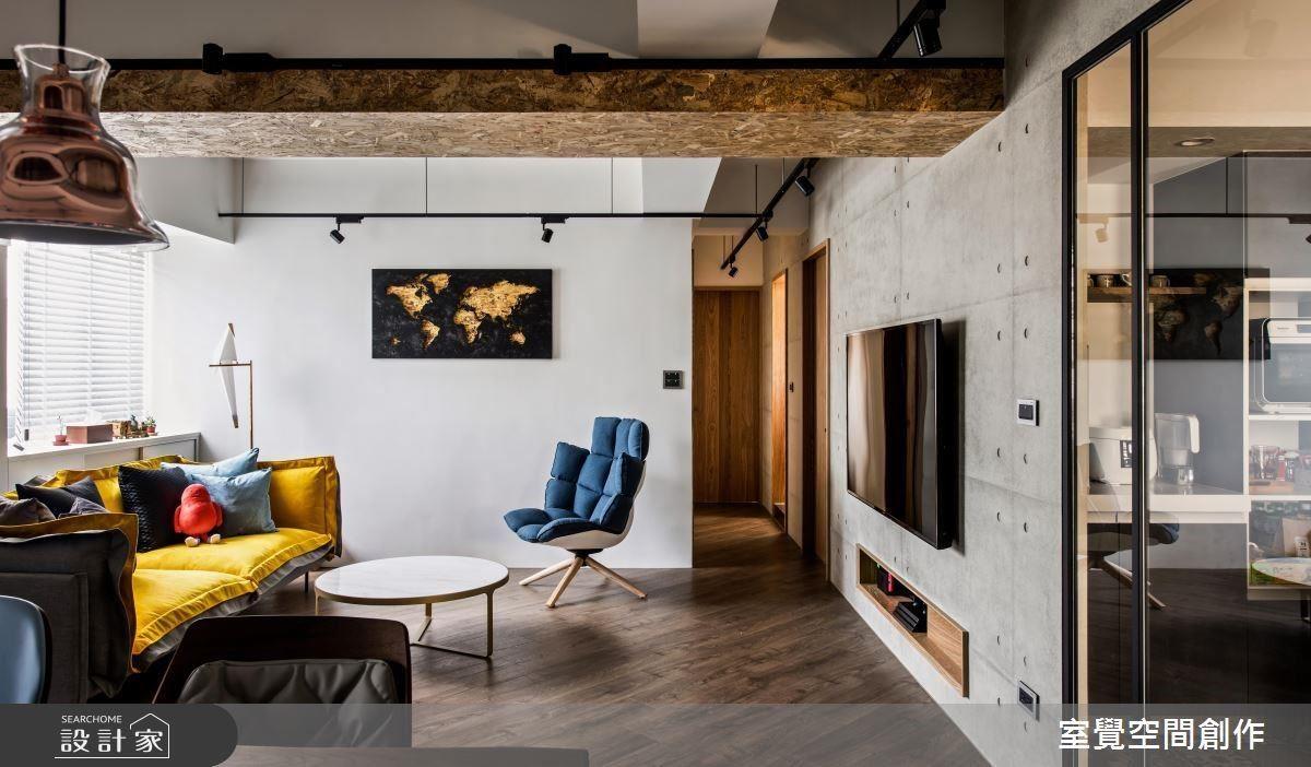 客、餐廳天花樑柱以淺色木紋包覆,化解原屋低矮的視覺壓迫感。