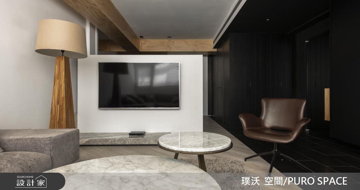 一道墨色風景,從玄關延伸如廊道,再對比廳區主牆,形成經典的黑白配。