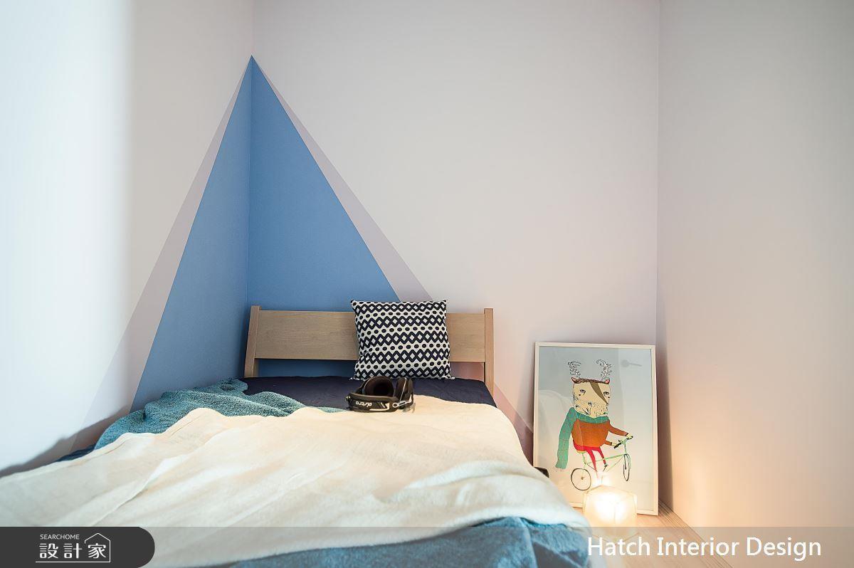 在床頭及牆面的轉角處,畫上一塊藍色三角,營造帳棚的意象,簡單的色塊,實現小孩對於秘密基地的想像。>>看完整圖庫