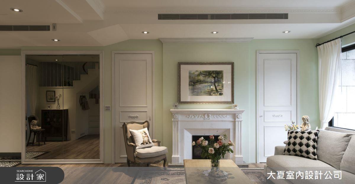 電視牆藉由屋主的畫作,將電視隱藏其中,兩側以對稱門的概念規劃收納櫃,兼具美觀性。