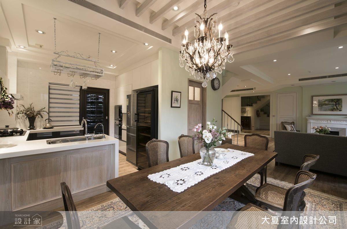 餐廳藉由家具與燈飾的妝點,刻畫出南法鄉村的質樸兼奢華感。