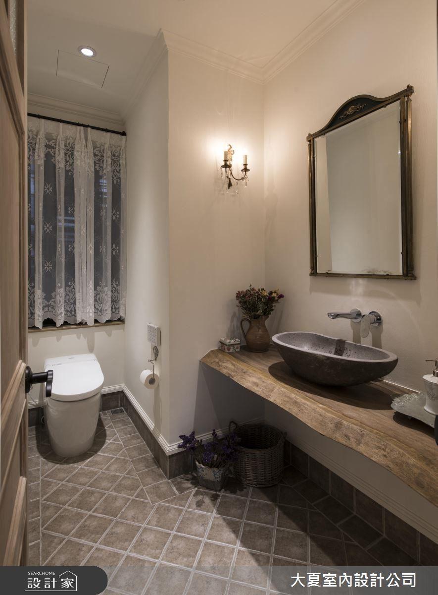 公廁內的木質洗手檯搭配石盆,描繪出南法鄉村的質樸氣息。