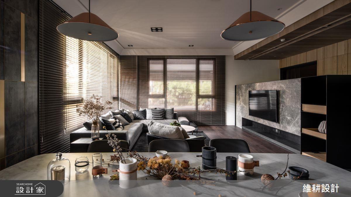 客廳以實木百葉窗簾,營造沉穩溫潤氣息。