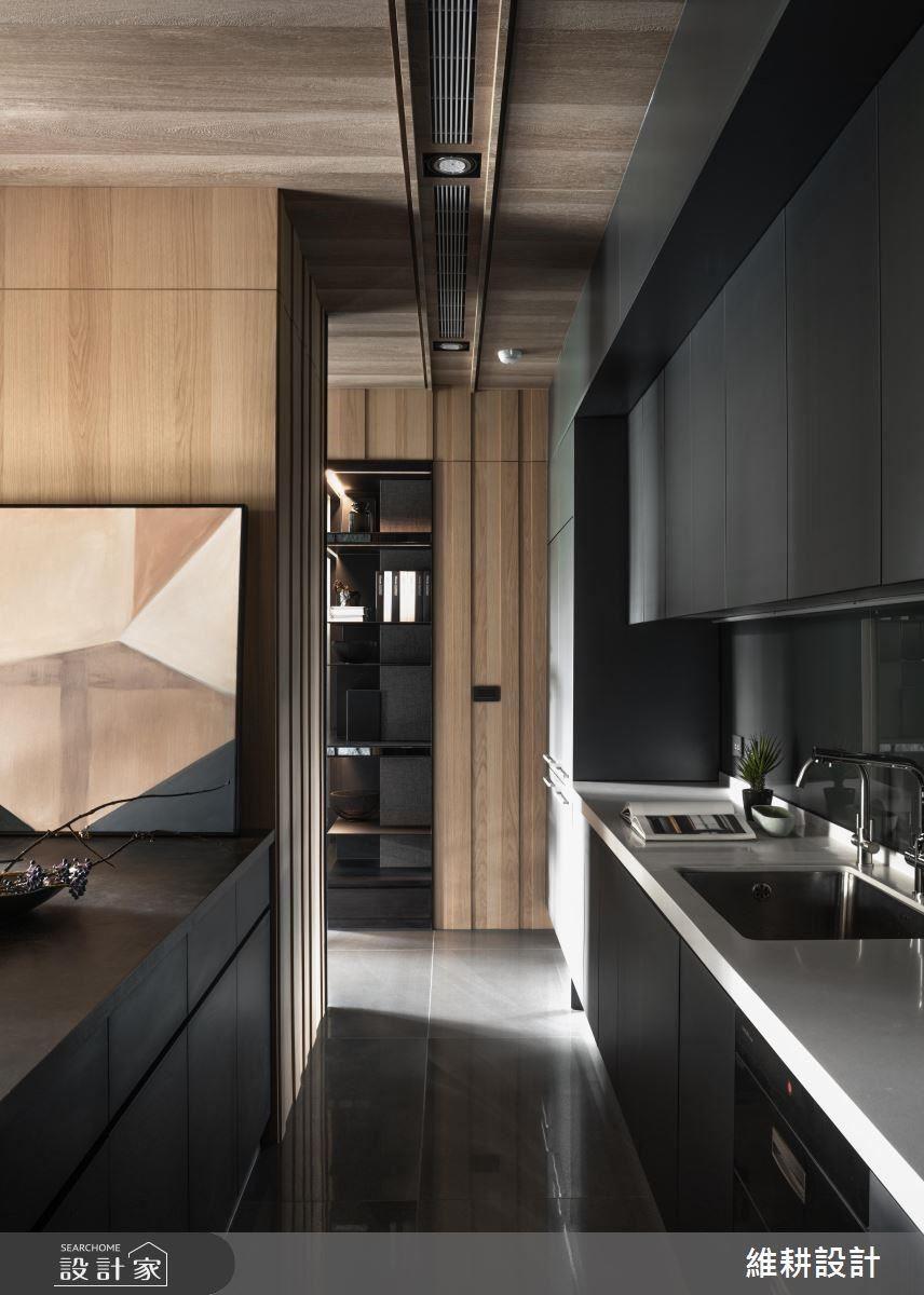 廚房藉由柱體與中島吧檯設計,規劃出便利的回字型動線。