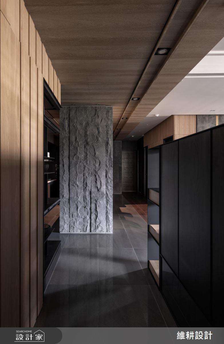 廚房柱體以粗獷石材鋪陳,增添自然純樸氣息。