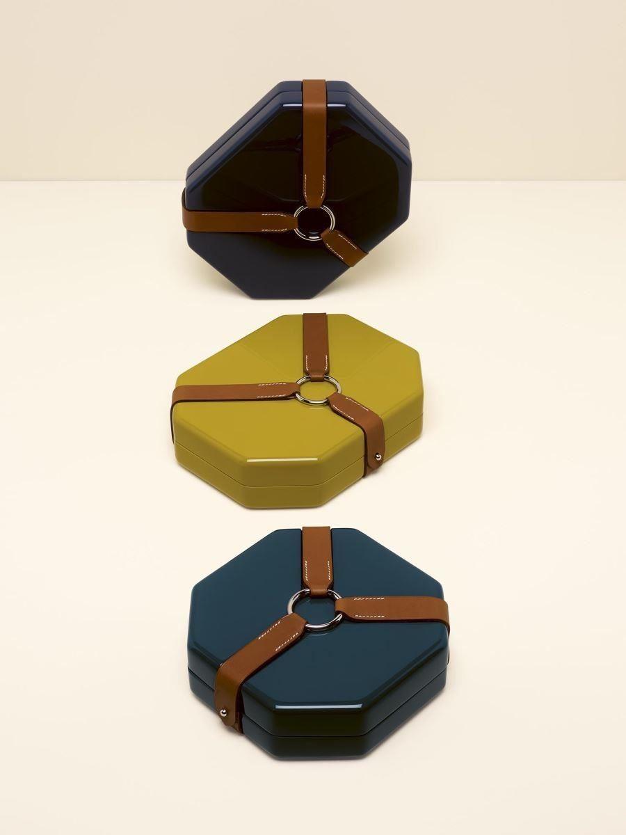 運用漆木與磚紅色韁繩皮革材質,OCTAGONAL BOXES八角盒。